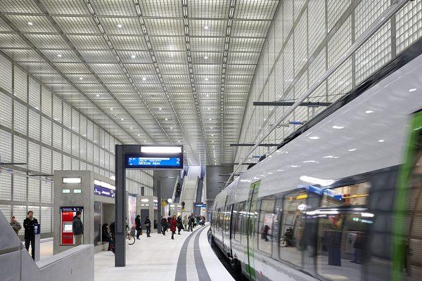 Der S-Bahnhof am Wilhelm-Leuschner-Platz in Leipzig erhielt den Preis für das beste Lichtkonzept in der Kategorie Verkehrsbauten. Foto: Christian Günther für Norka