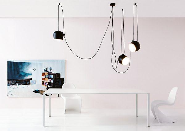 Das Kabel im XXL-Format – die Pendelleuchte Aim Sospensione LED von Hersteller Flos ist äußerst flexibel und bietet eine interessante Bühne für kleine Spielereien. Foto: Flos