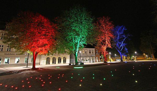 Das Büro OC Lichtplanung aus Diepholz hat das Beleuchtungskonzept für den Schlossplatz Varel entwickelt. Die Jury prämierte die sehenswerte Inszenierung mit dem Nachwuchspreis. Foto: Oliver Christen