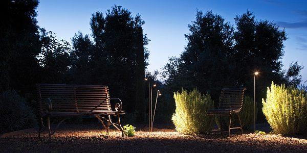 Ein echter Hingucker in jedem Garten: Die dreiflammige  Standleuchte Brisa aus dem Hause Vibia setzt gekonnt Akzente. Foto: Vibia