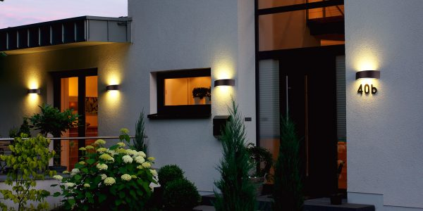 Beleuchtete Hausnummern dienen nicht nur der besseren Orientierung, im Eingangsbereich erhöht sich durch eine zusätzliche Lichtquelle auch die Sicherheit - Foto: Albert