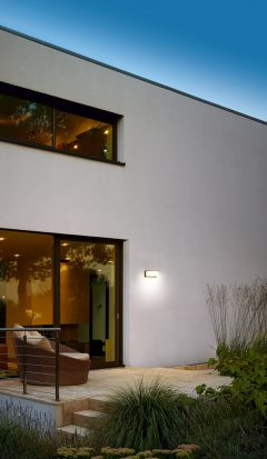 Mit einer Wandleuchte setzen Sie nicht nur Ihr Haus in Szene, sondern natürlich auch die Terrasse. Foto: Bega