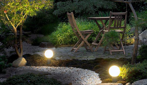 Ob Bodeneinbauleuchte unter einem Strauch oder Sockelleuchten mit kugelförmigem Diffusor: Außenleuchten sollten möglichst mit energiesparenden LEDs ausgestattet werden, damit es bei der Stromabrechnung kein böses Erwachen gibt. Foto: SLV