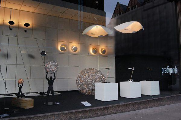 Das neu dekorierte Schaufenster im Hamburger Showroom wurde pünktlich zum verkaufsoffenen Sonntag am 2. November mit den Lederam-Leuchten von Catellani & Smith verschönert. Foto: Prediger/Buchholz