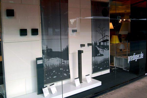 Ein neues Schaufenster im Showroom Hamburg: An der Mönckebergstraße 25 präsentieren wir seit kurzem die neuen Außenleuchten der Serien Como und Mox #3 aus dem Hausen IP44.de. Foto: Prediger