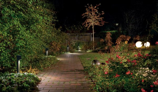 Eine zielgerichtete Beleuchtung macht den Garten auch nachts zu einer wahren Augenweide. Kleine Lichtinseln sorgen für besonders viel Atmosphäre. Foto: Prediger