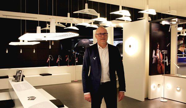 Jürgen Glauner, Geschäftsführer von Markenhersteller LDM, erntete für seine innovativen WYNG-Leuchten in Frankfurt am Main viel Lob und Anerkennung. Nicht nur deshalb fiel sein Messefazit äußerst positiv aus. Foto: Prediger
