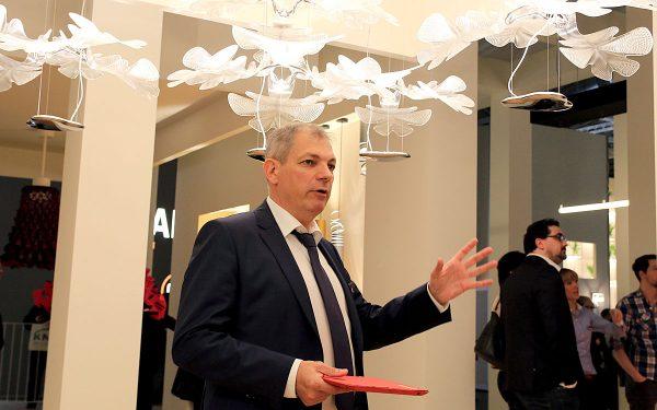 Frank Busch führte während der diesjährigen Light + Building in Frankfurt/Main die Gäste auch durch die eindruckvolle Artemide-Ausstellung. Foto: Prediger