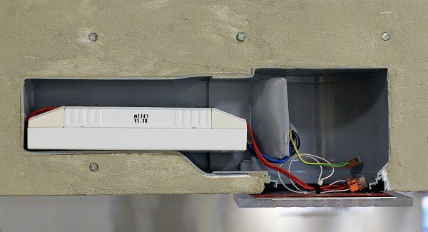 Dieser Querschnitt einer in Beton eingegossenen Einbaudose zeigt, dass über der flachen Leuchte noch Platz für den Treiber und die Elektronik bleiben muss. Außerdem muss sich die warme Luft ausbreiten können.