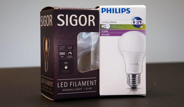 Zwei Leuchtmittel-Verpackung – aber zum Teil unterschiedliche Symbole und Informationen. Was die Angaben auf den Verpackungen bedeuten, erklärt der Prediger-Ratgeber zu LED-Leuchtmitteln. Foto: Prediger