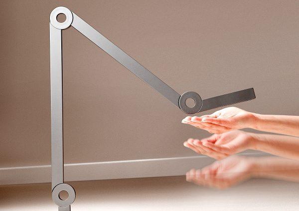 Lichtsteuerung mit einer Handbewegung am Leuchtenkopf: Die neue Mooove-Leuchte des Schweizer Herstellers Senses wird mit einfachen Gesten ein- und ausgeschaltet bzw. gedimmt. Foto: Senses