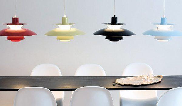 Die Pendelleuchte PH 50 des dänischen Herstellers Louis Poulsen sorgt mit komplett entblendetem Licht für eine angenehme Atmosphäre in der Küche. Foto: Louis Poulsen