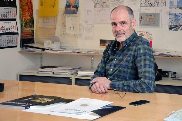 Peter Andres ist einer der führenden deutschen Lichtplaner und hat in den vergangenen 30 Jahren das Licht für zahlreiche Großprojekte geplant. Eines davon war beispielsweise der Flughafen Hamburg. Foto: Prediger