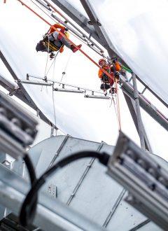 Waghalsige Installation: Österreichische Bergsteiger montierten die LED-Leuchten in luftiger Höhe. Foto: Philips
