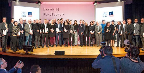 Zum Abschluss der ICONIC AWARDS 2016: Interior Design stellten sich alle Preisträger für das obligatorische Erinnerungsfoto auf. Foto: Lutz Sternstein / Veranstalter
