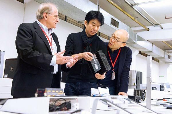Die Red Dot-Juroren Gordon Bruce, Hideshi Hamaguchi und Prof. Dr. Ken Nah bei der Jurierung der eingereichten Produkte. Mit 41 Experten war die Jury in diesem Jahr so groß wie nie.