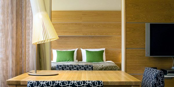 Nicht nur im heimischen Wohnbereich machen die Holzleuchten von Secto Design eine gute Figur, sie sind aber wie die Tischleuchte Secto 4220 auch immer wieder in modernen Hotelzimmern zu finden.