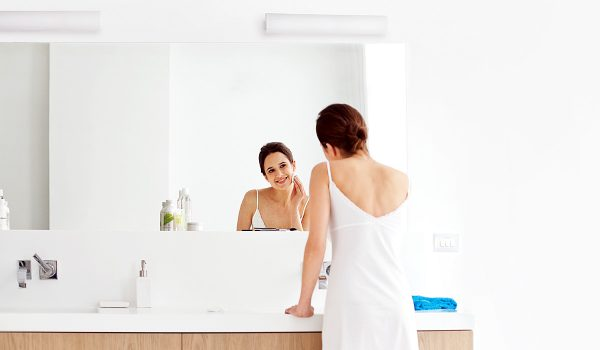 Ohne Spiegelbeleuchtung geht es nicht: Bei der Morgentoilette, der Gesichtspflege, dem Schminken und Styling kommt es immer auch auf die Beleuchtung an. Je besser die Beleuchtung, desto authentischer wird das Spiegelbild wiedergegeben. Foto: Philips