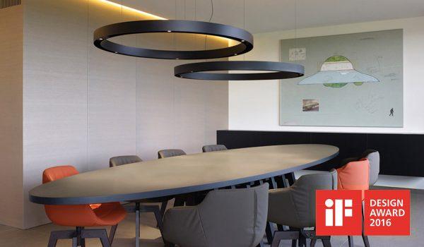 Schlicht im Design, aber trotzdem ausdrucksstark. Und obendrein sorgt die Super-Oh Pendelleuchte vom belgischen Leuchten-Hersteller Delta Light für ausreichend Licht über dem Tisch. Foto: Delta Light