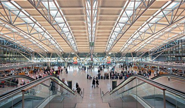 Die beiden Terminal-Gebäude des Flughafen Hamburg sind mit einem intelligenten Tag-Nacht-Lichtsystem ausgestattet, für das sich das Lichtplanungsbüro von Peter Andres verantwortlich zeichnete. Foto: Prediger