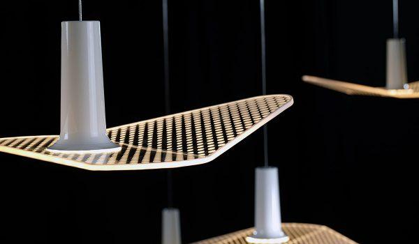 Erinnert an die Silhouette eines Vogels und besticht durch eine einzigartige  Bauweise: Die WYNG-Pendelleuchte aus dem Hause LDM vereint alle Vorteile der LED-Technologie und ist ein einzigartiges Lichtobjekt. Foto: LDM