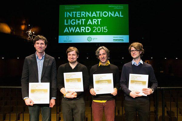 Die Preisträger des International Light Art Award 2015: Gewinner Martin Hesselmeier  (v.l.), der drittplatzierte Dirk Vollenbroich, Iván Navarro und der Erstplatzierte Andreas Muxel. Foto: Sandra Weller