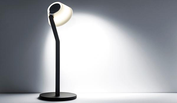 Occhios neue Tischleuchte leì tavolo ist mit einer flexiblen Irisblende ausgestattet, die es möglich macht, im Handumdrehen zwischen direkt gerichtetem Licht und Stimmungslicht zu wechseln. Foto: Occhio