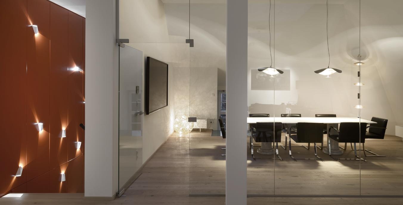 Faszinierende Lichtwirkung: Sowohl im Treppenhaus als auch im Konferenzraum.