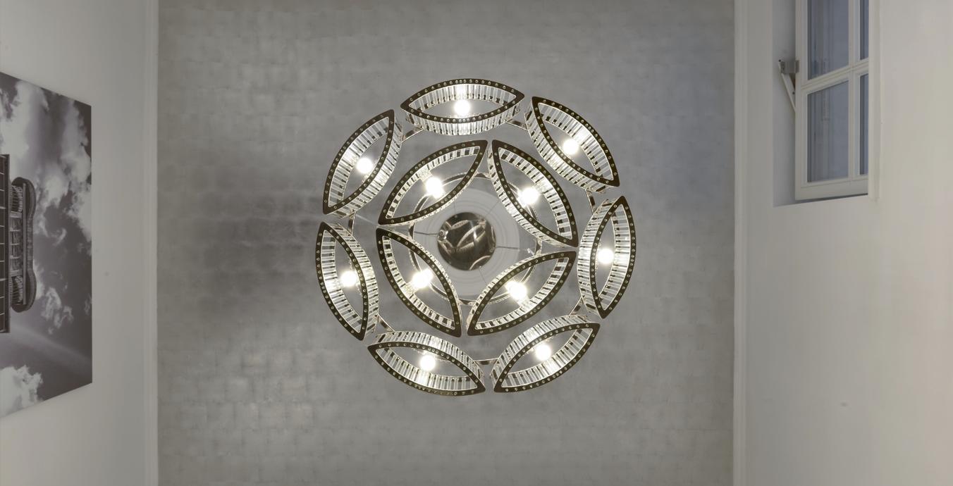 Der Kronleuchter Stilio 7/4 von Licht im Raum wurde an einer von Hand versilberten Decke montiert.