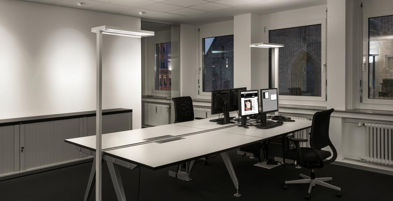 Zonale Beleuchtung für den Arbeitsplatz, LED-Downlights sorgen für vertikale Beleuchtung.