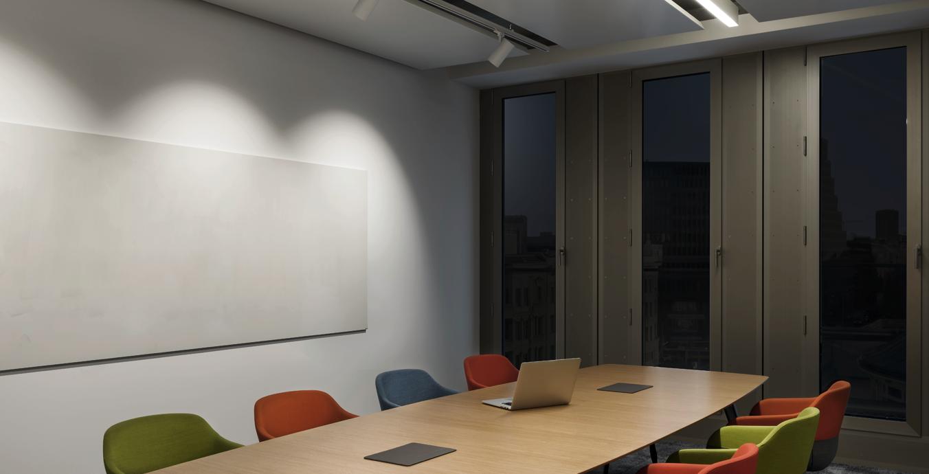 Im Konferenzraum sorgen Schienenstrahler für gutes Licht.