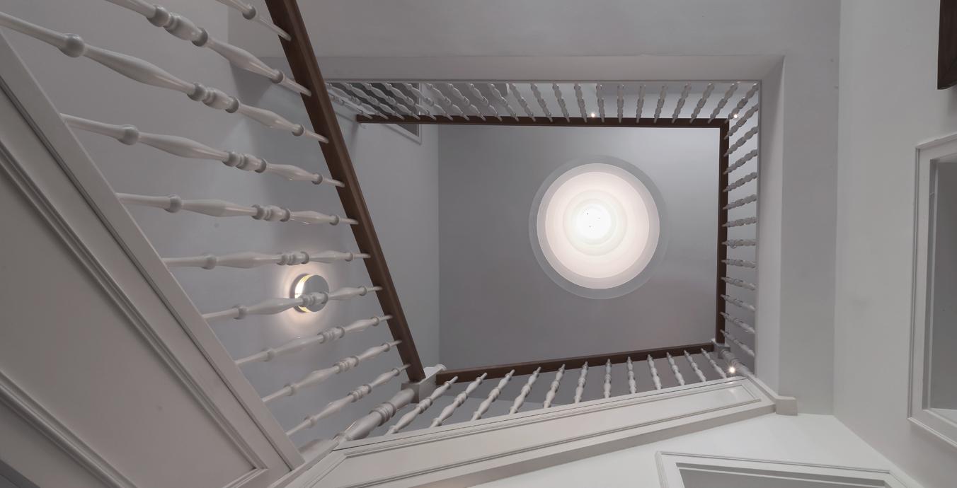 Blick vom Boden an die hohe Decke bei komplett eingeschaltetem Licht.