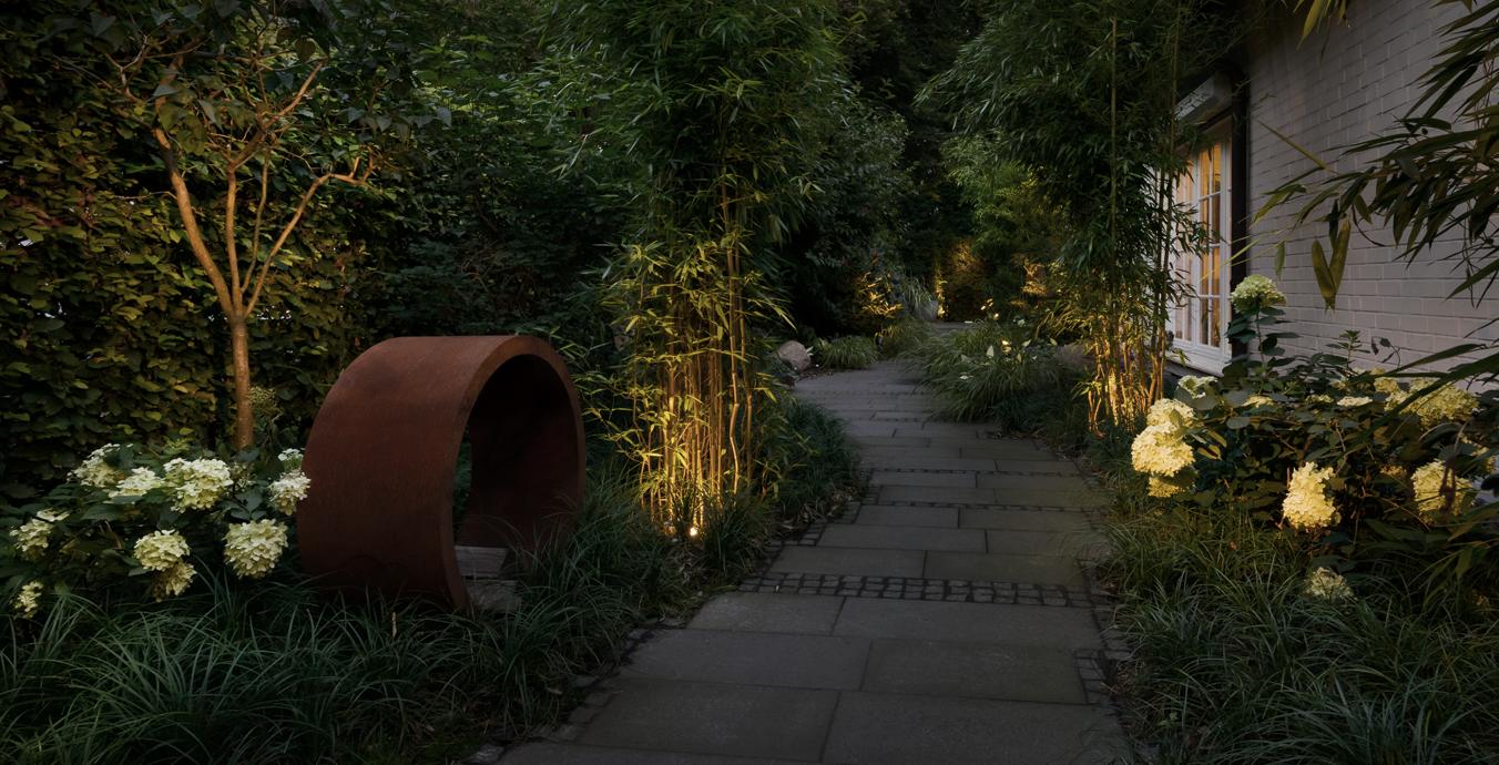 Auf dem Weg rund ums Haus wurden mobile Spießstrahler eingesetzt, die den Bambus beleuchten.