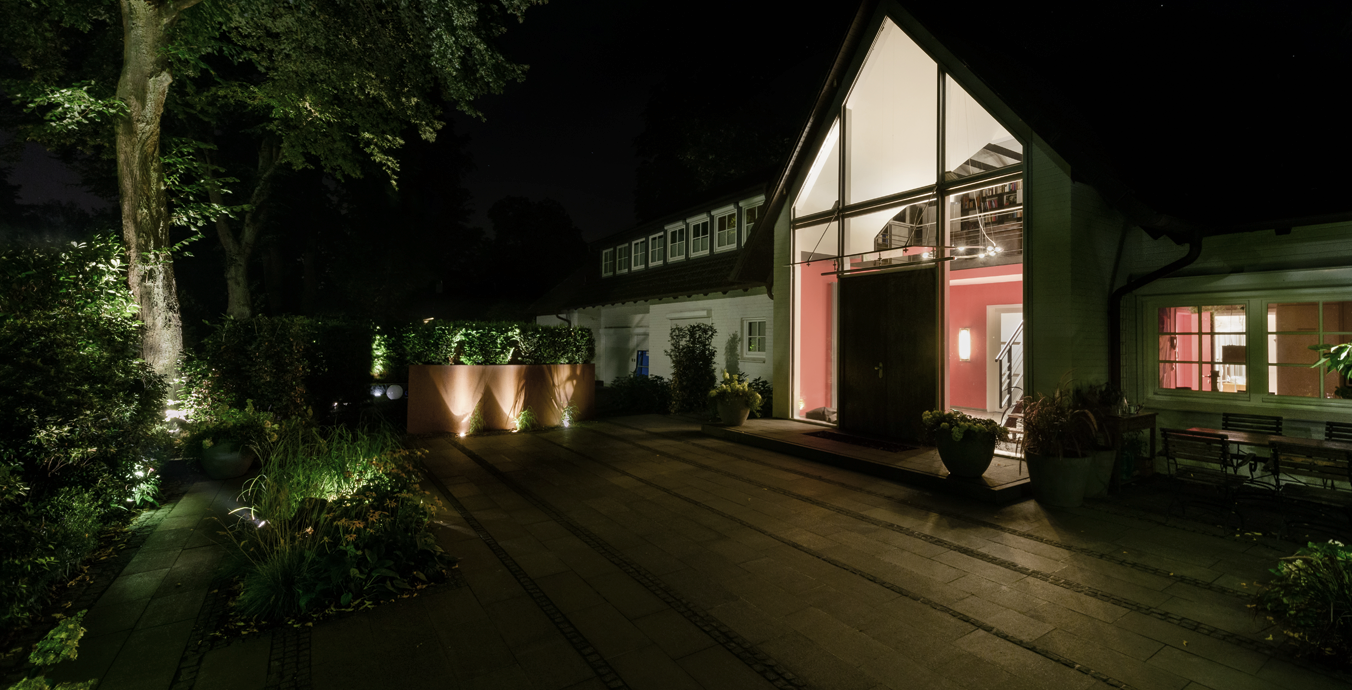 Innen wie außen ist das Lichtkonzept für dieses Einfamilienhaus absolut stimmig.