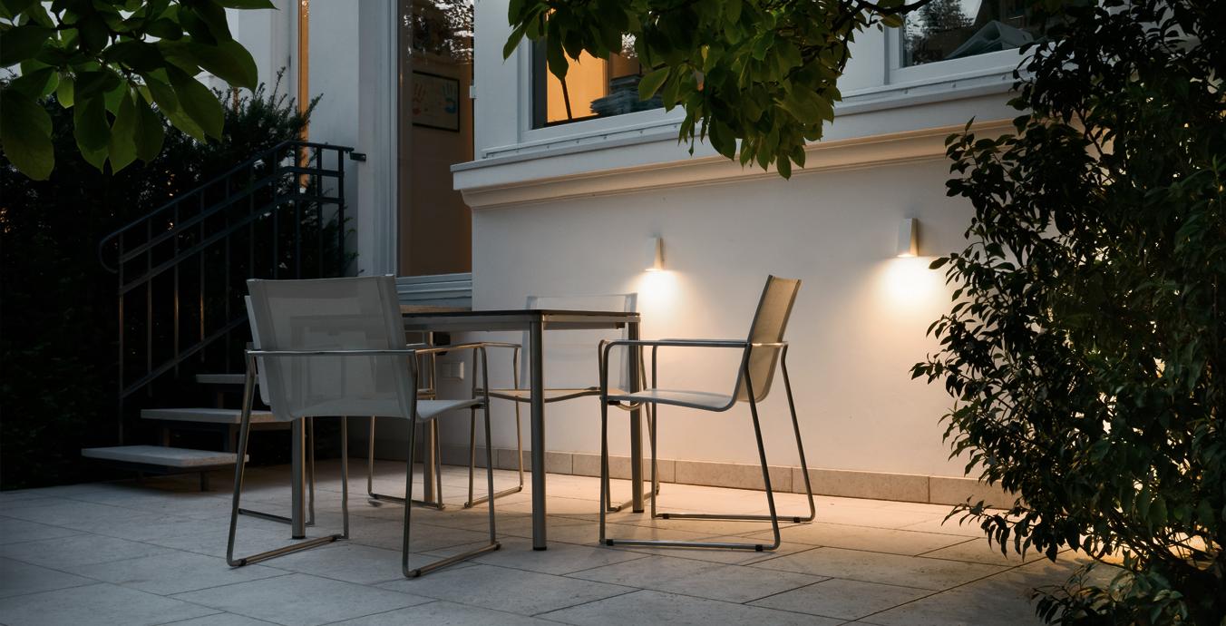 Auf der gut beleuchteten Terrasse lassen sich laue Sommerabende hervorragend genießen.