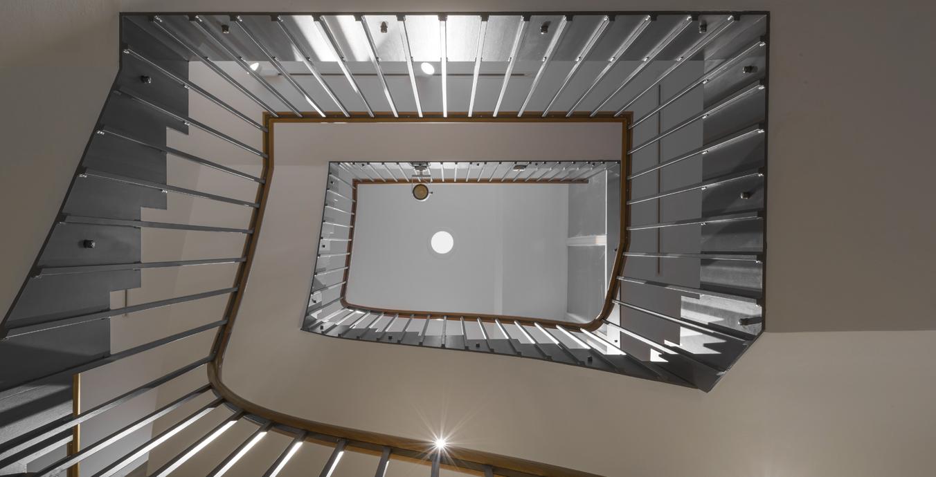Die Beleuchtung des Treppenhauses erfolgte ebenfalls mit Schienenstrahlern.