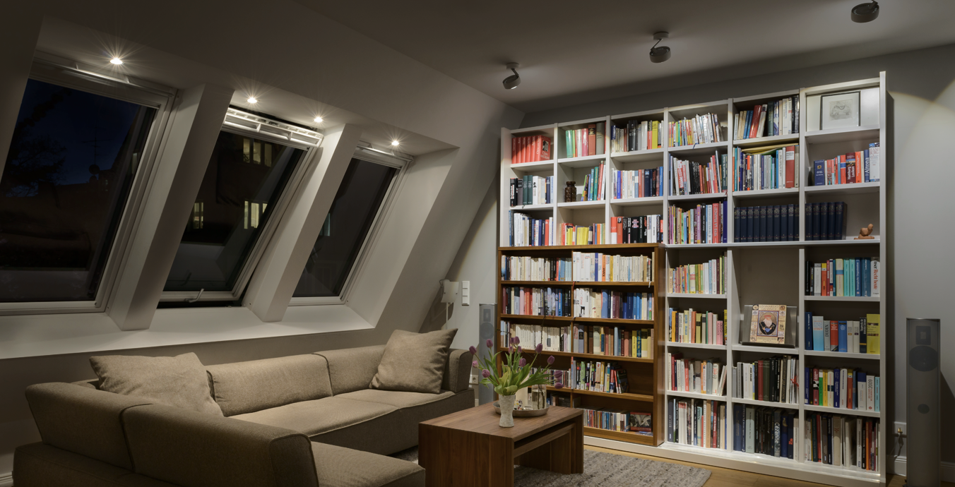 Auch das Wohnzimmer wurde mit Hilfe von einigen Occhio-Leuchten ins richtige Licht gesetzt.