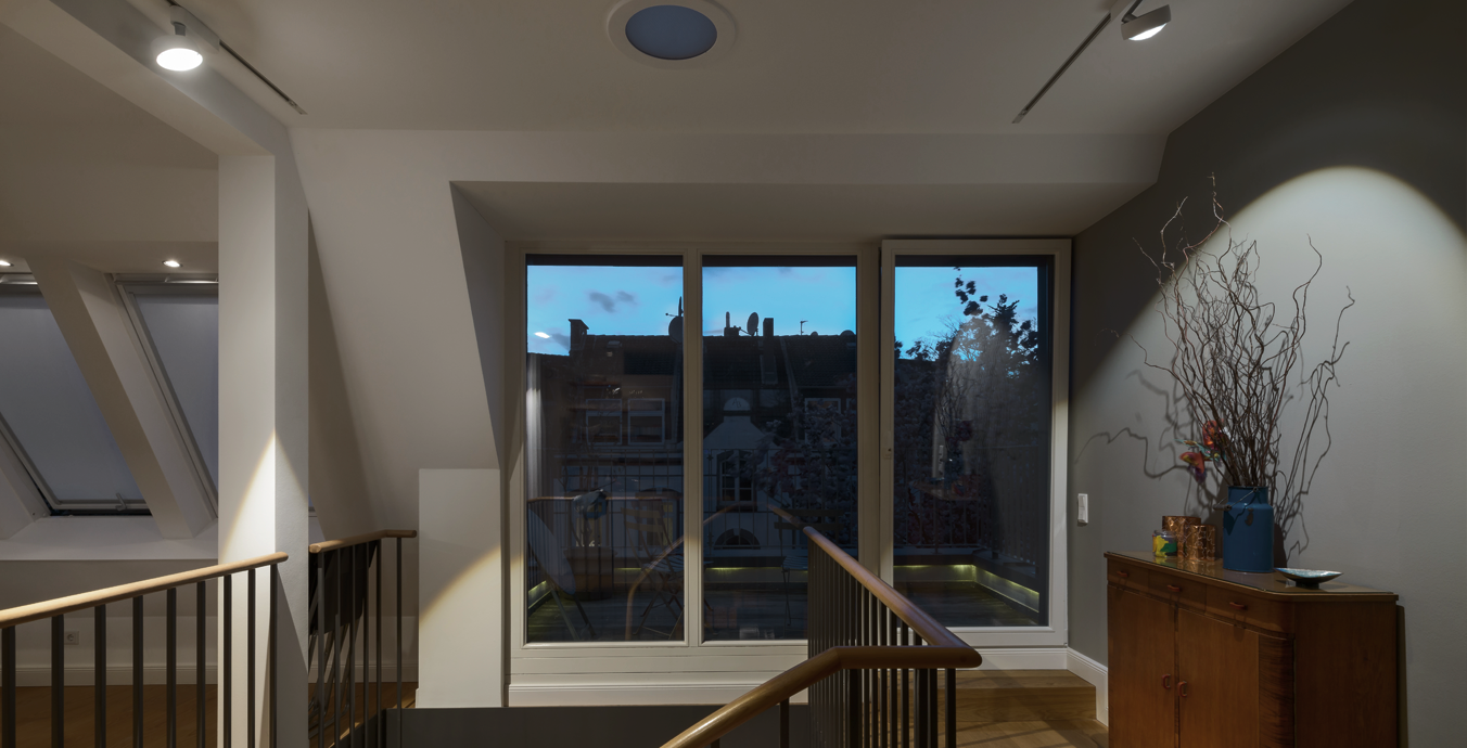 Die Kommode am Zugang zum Balkon wird mit Hilfe von Licht sehr schön in Szene gesetzt.