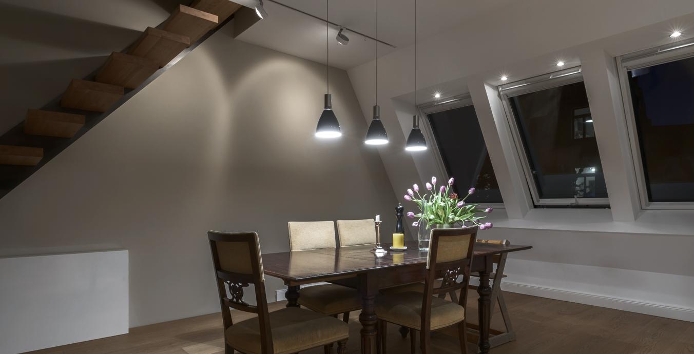 Der Essbereich bietet nicht nur ausreichend Platz, sondern auch eine einladende Lichtatmosphäre.