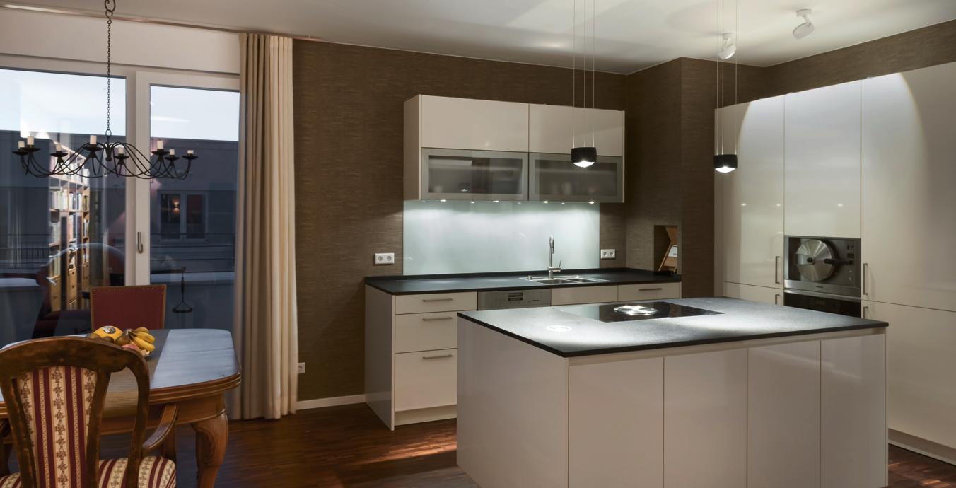Über der Kücheninsel sorgt die höhenverstellbare Sento Sospeso von Occhio für ausreichend Licht.