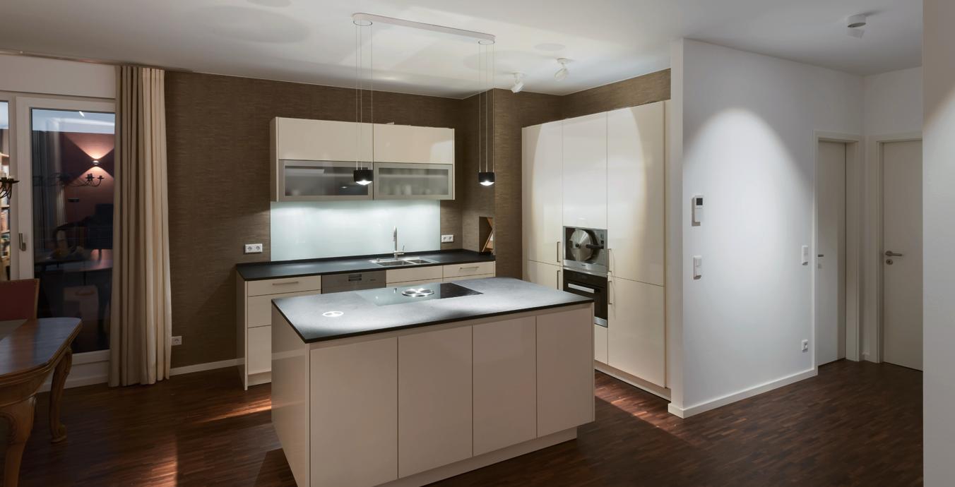 In der Küche gibt es direktes und indirektes Licht zum Kochen und Arbeiten.