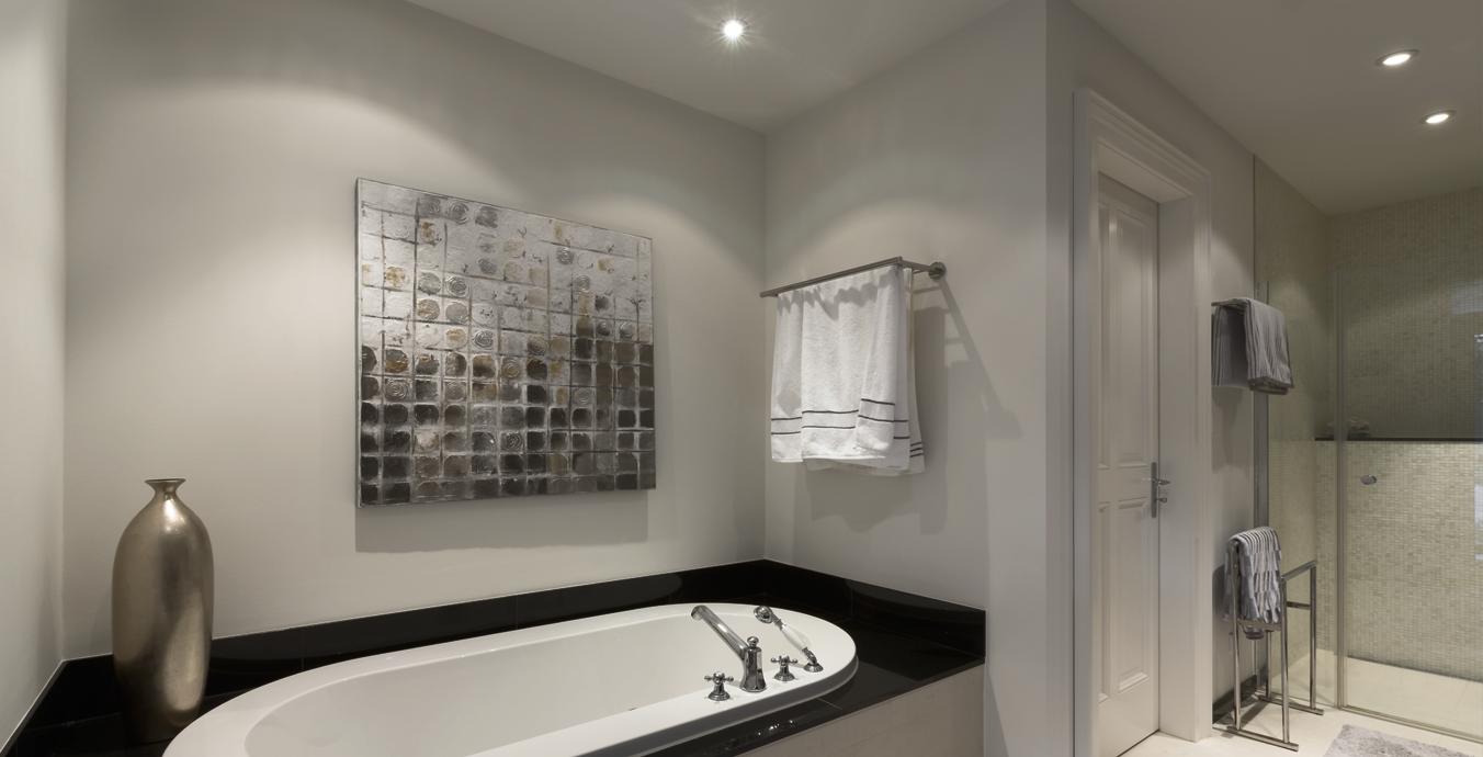 Im Badezimmer sorgen die Deckeneinbauleuchten von prediger.base für ausreichend Licht.