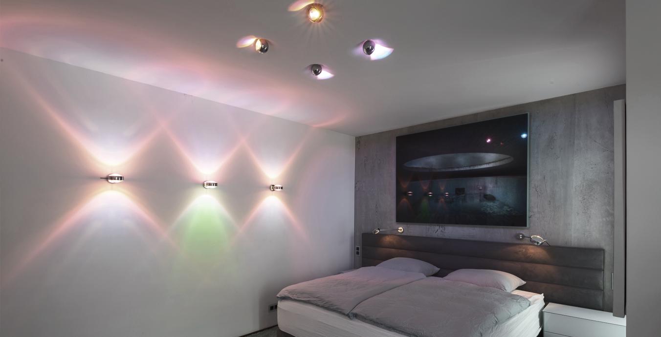 Auch im Schlafzimmer hat sich der Eigentümer für Farbakzente an Wand und Decke entschieden.
