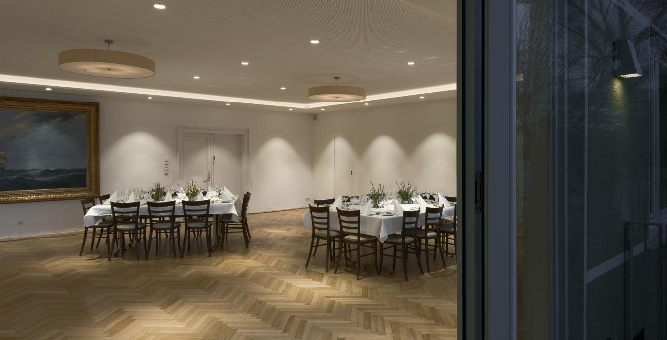 Beim Blick von der Terrasse in den Raum kommt das Lichtkonzept besonders schön zur Geltung.