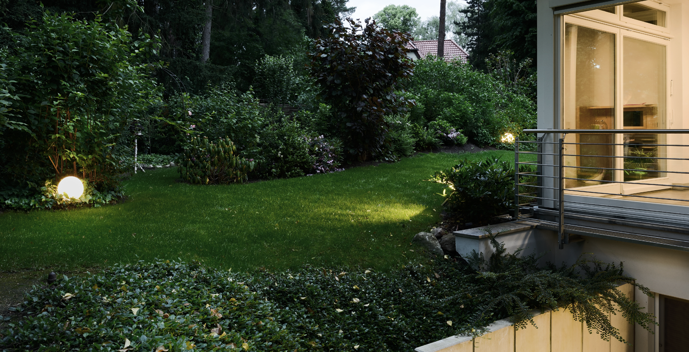 Die Kugelleuchten von Bega ziehen die Blicke auf sich und strukturieren den Garten.