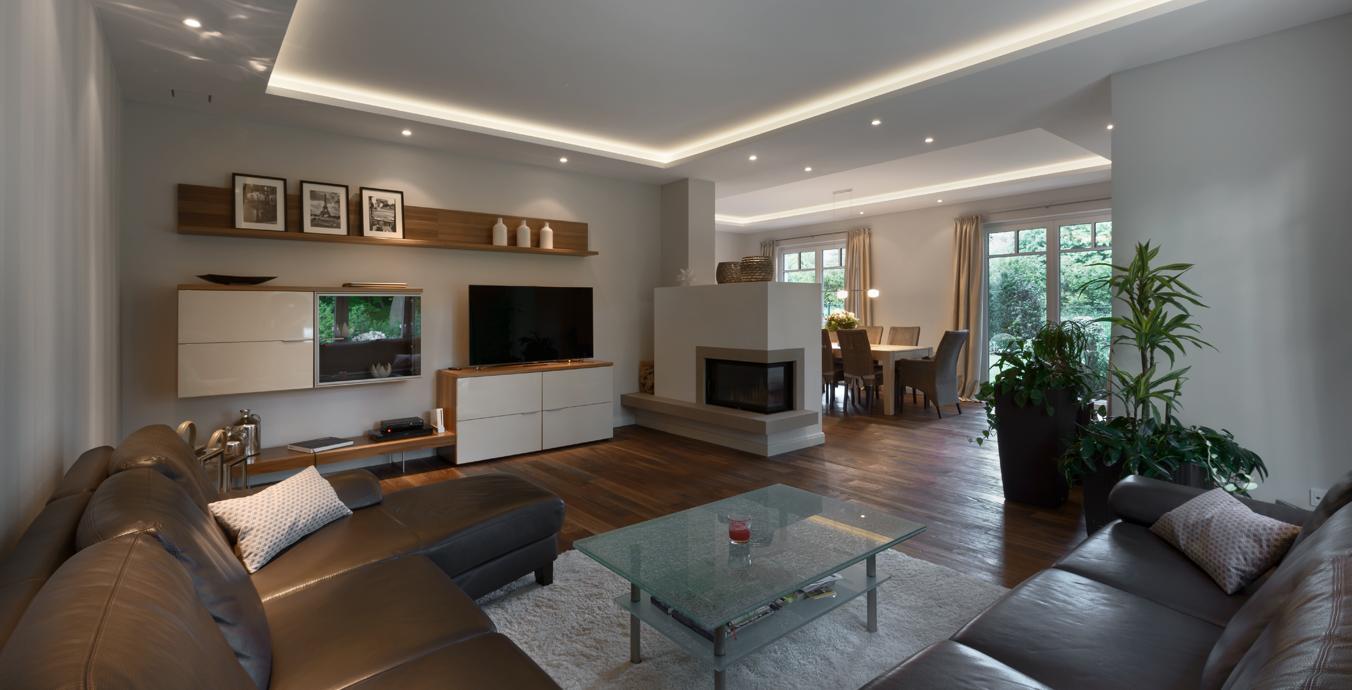 Wohnbereich mit Möbeln.
