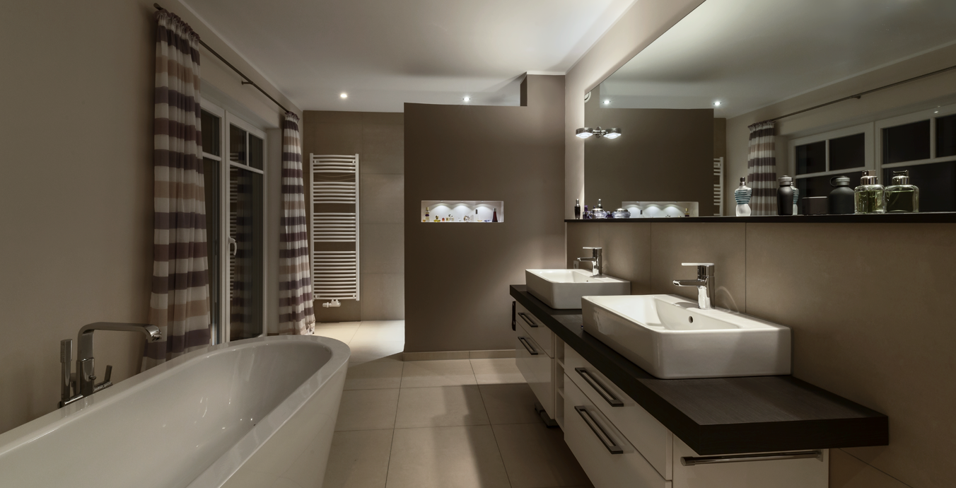 Badezimmer mit raffiniertem Lichtkonzept.
