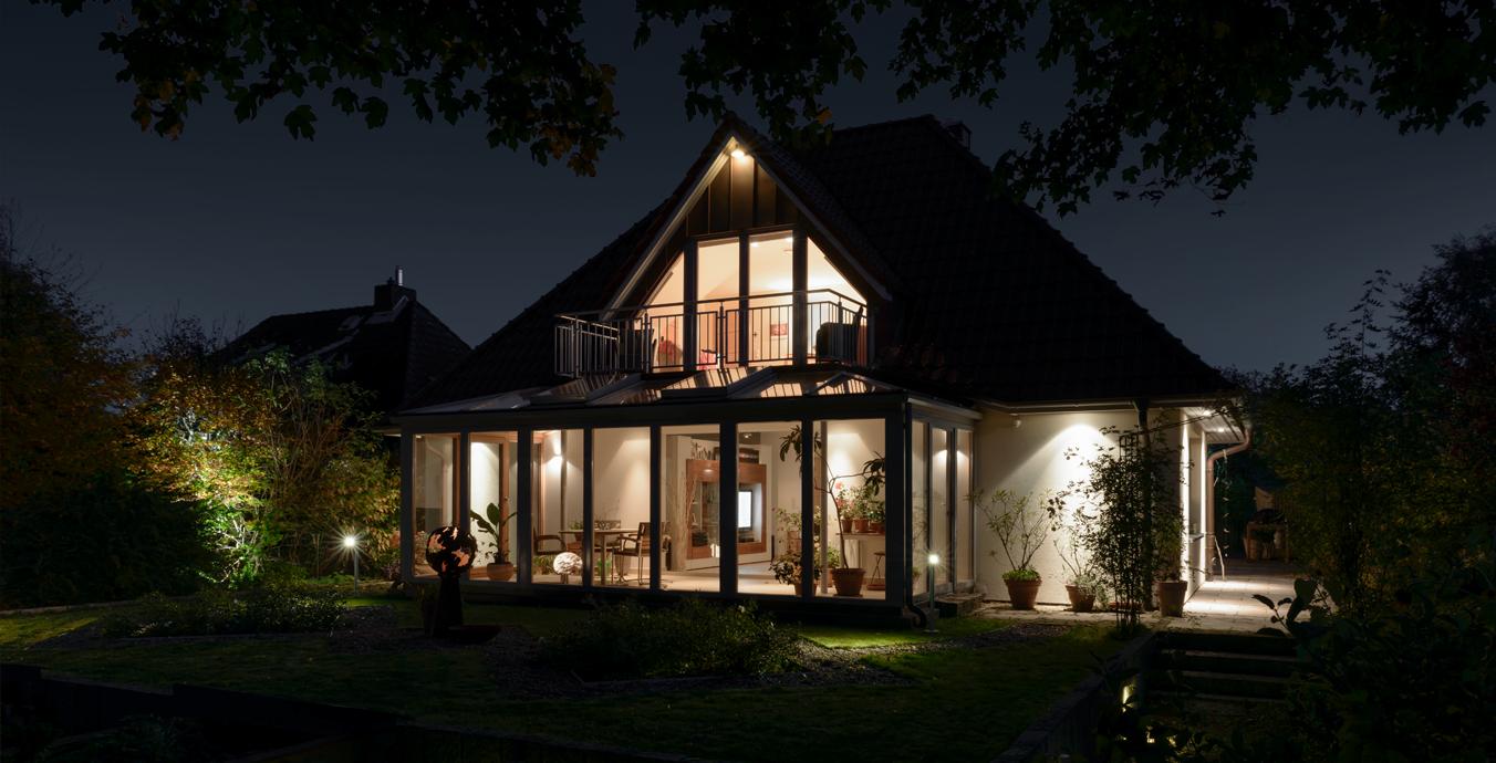 Garten und Haus im Abendlicht.