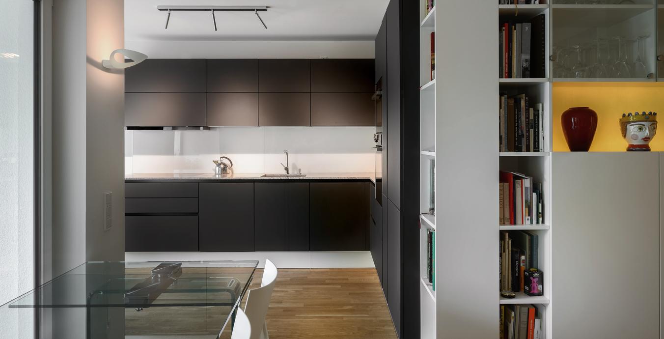 In der Küche kommen LED-Lichtleisten unter den Schränken sowie eine LDM-Deckenleuchte zum Einsatz.