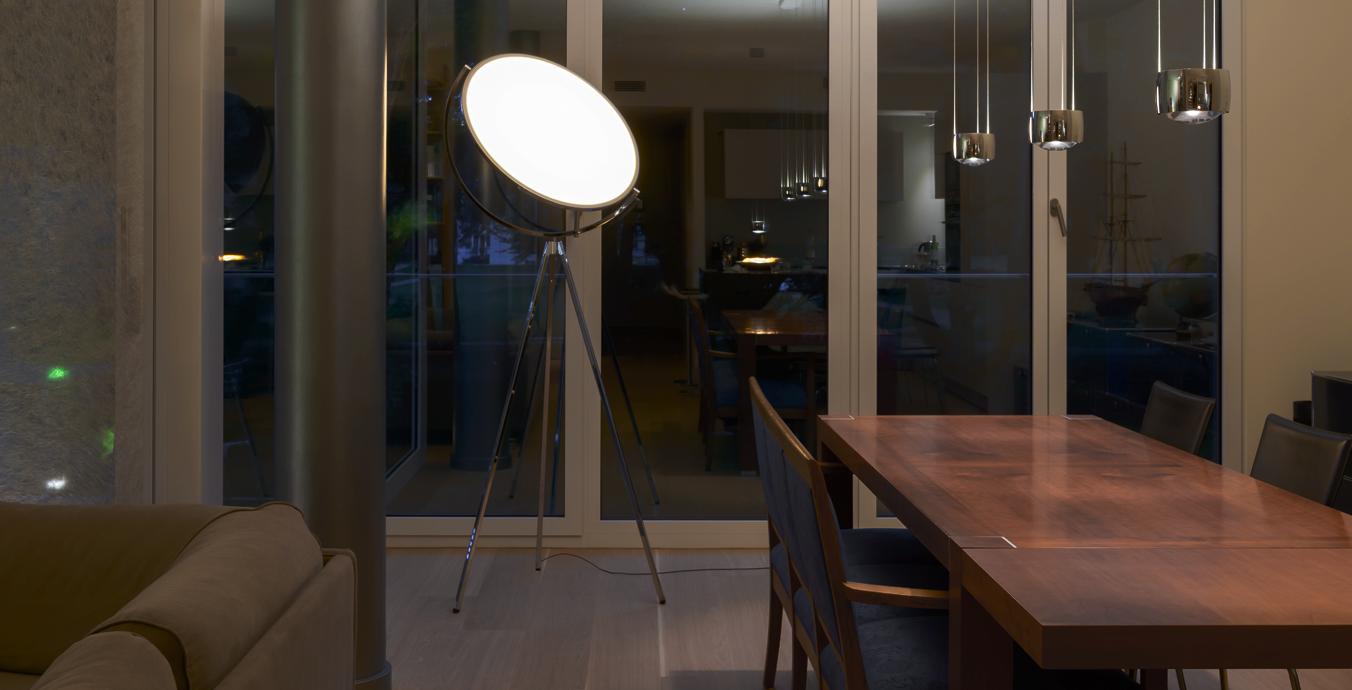 Das Esszimmer wird mit der Superloon und dem Dreier-Pendel Sento Sospeso über dem Tisch beleuchtet.